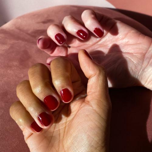 Les vernis à ongles 23Beauty Paris conviennent à toutes les couleurs de peaux. Notre couleur phare est le bordeaux.