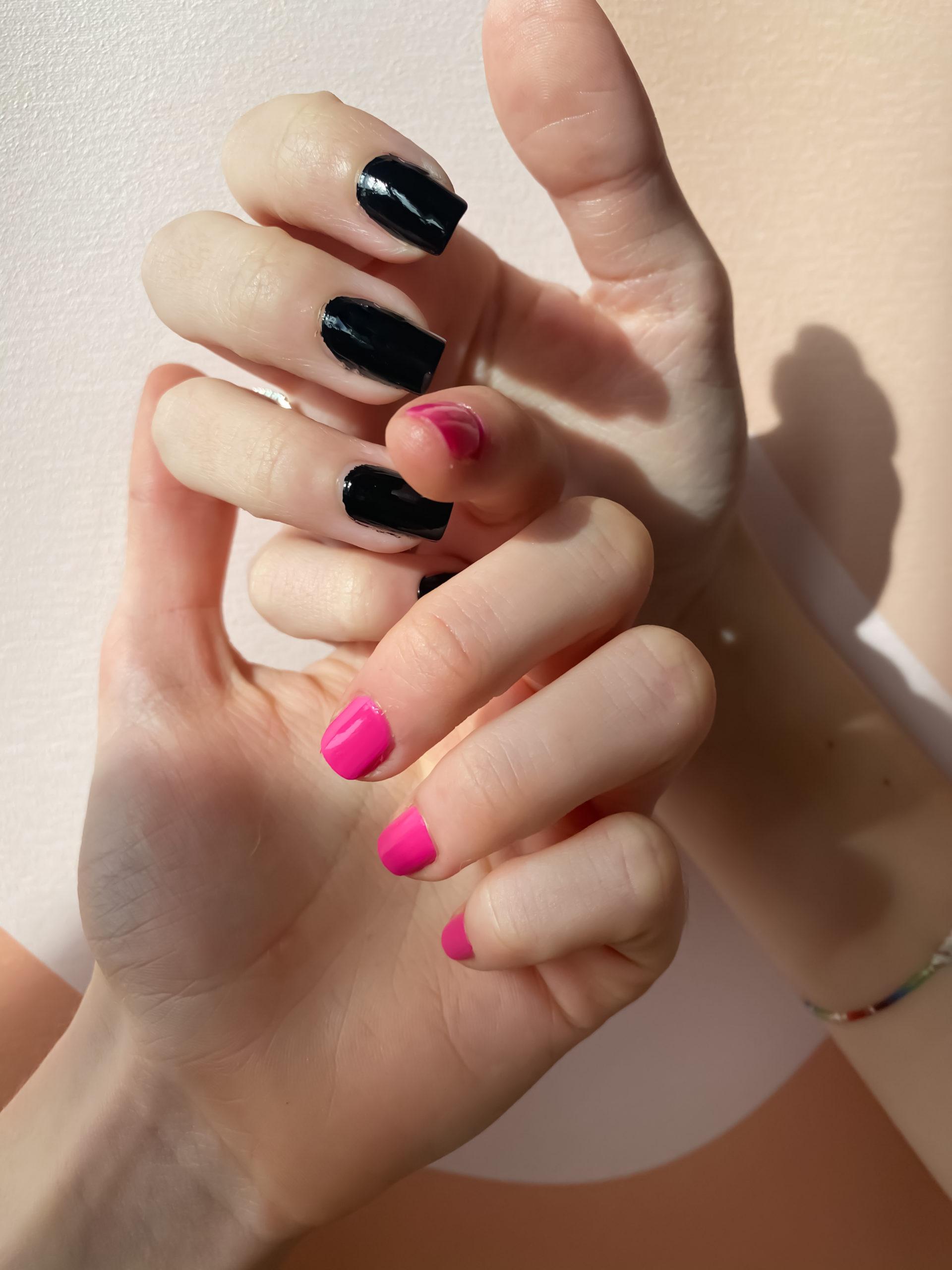 2 couleurs de la marque de vernis à ongles vegan 23Beauty Paris. Le noir, au nom d'Anse Noir et le fuchsia, Abomey