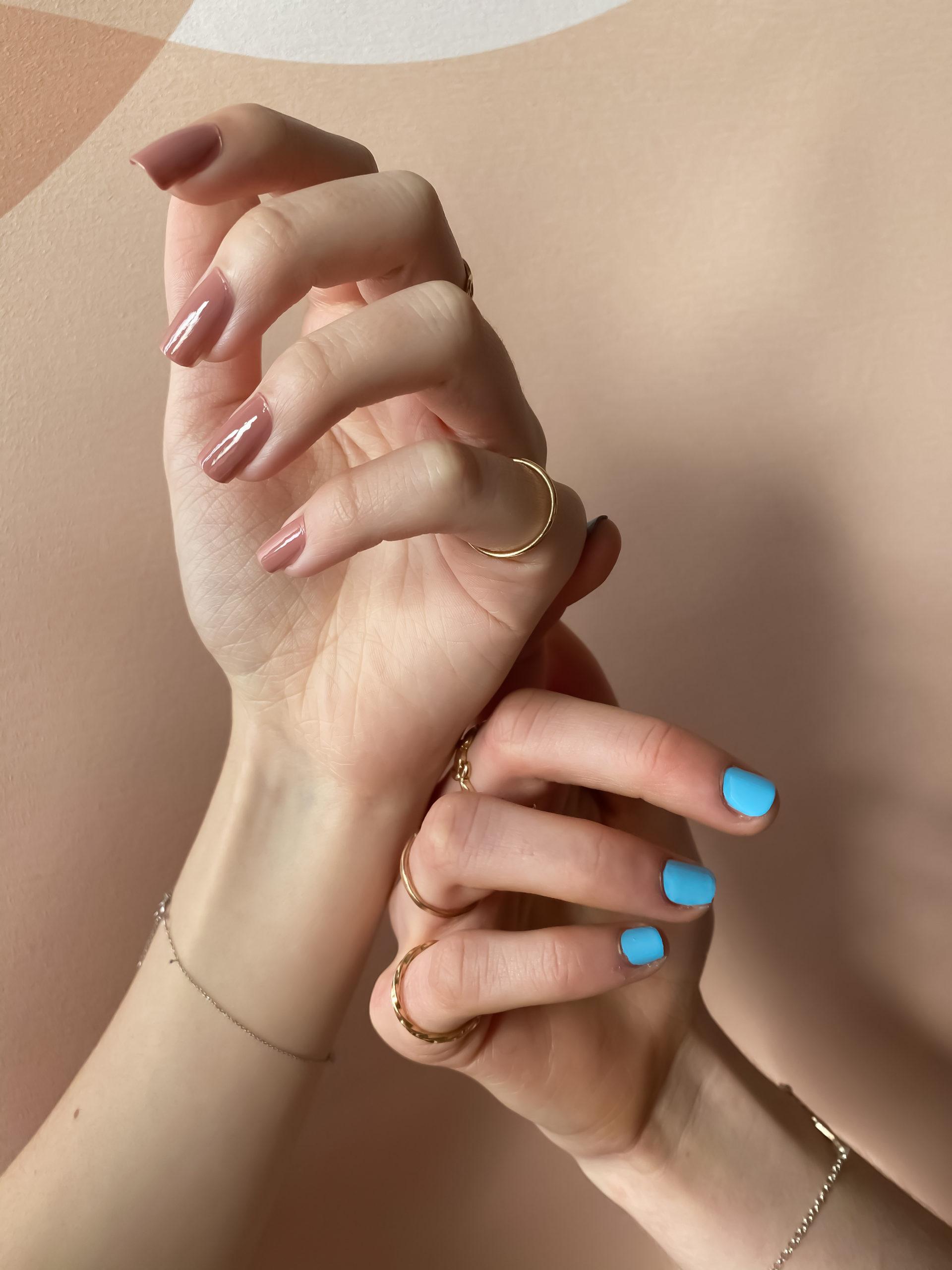 2 couleurs de la marque de vernis à ongles vegan 23Beauty Paris. Le rose nude, Little Tokyo et le bleu ciel, Séoul Sky
