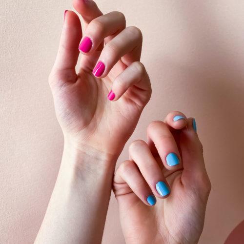 2 couleurs de la marque de vernis à ongles vegan 23Beauty Paris. Le fuchsia, au nom d'Abomey et le bleu ciel Séoul Sky