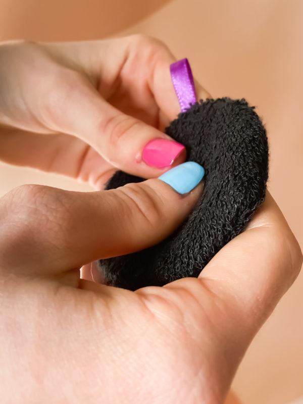 Disque dissolvant en bambou noir. Ils permettent de remplacer les cotons démaquillant classique. Une démarche éco-responsable