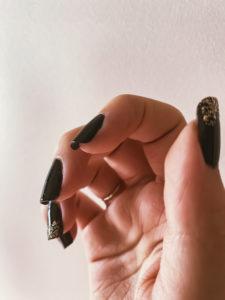 Un exemple de vernis à ongles noir avec des paillettes de la marque 23Beauty Paris