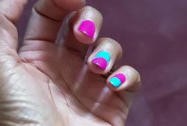Nail art réalisé avec deux couleurs de vernis : Fuchsia et bleu ciel